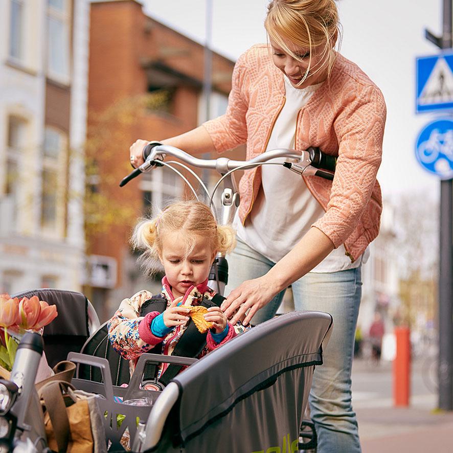 Mit dem robusten Lastenrad Cabby von Gazelle lassen sich locker drei Kinder mitnehmen.